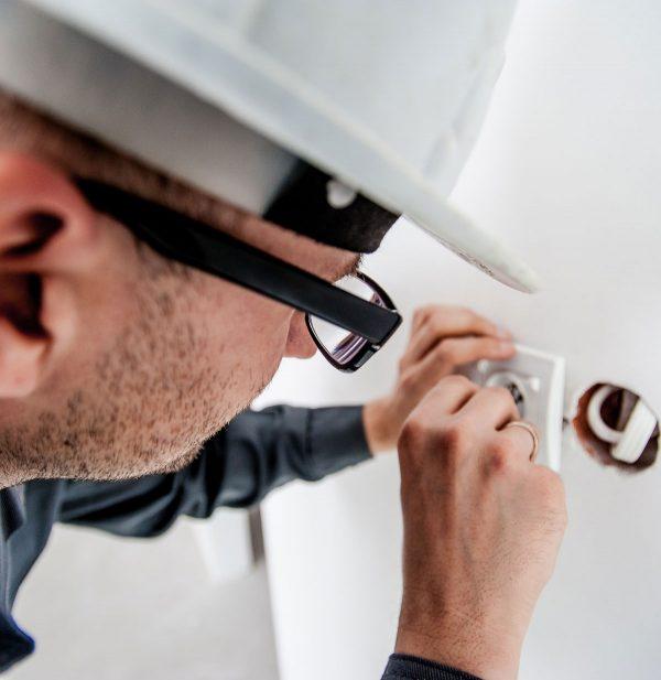 Eletricista Consertando tomada
